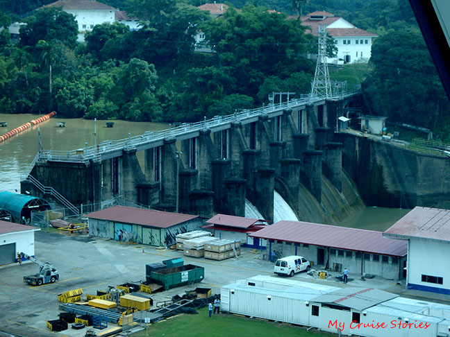 how Panama Canal works