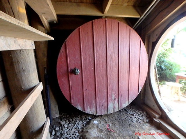 what's inside the hobbit holes on the movie set