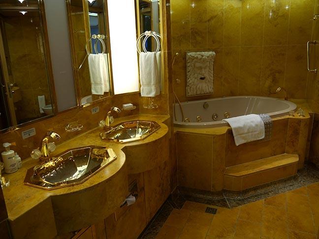 pinnacle suite bathroom
